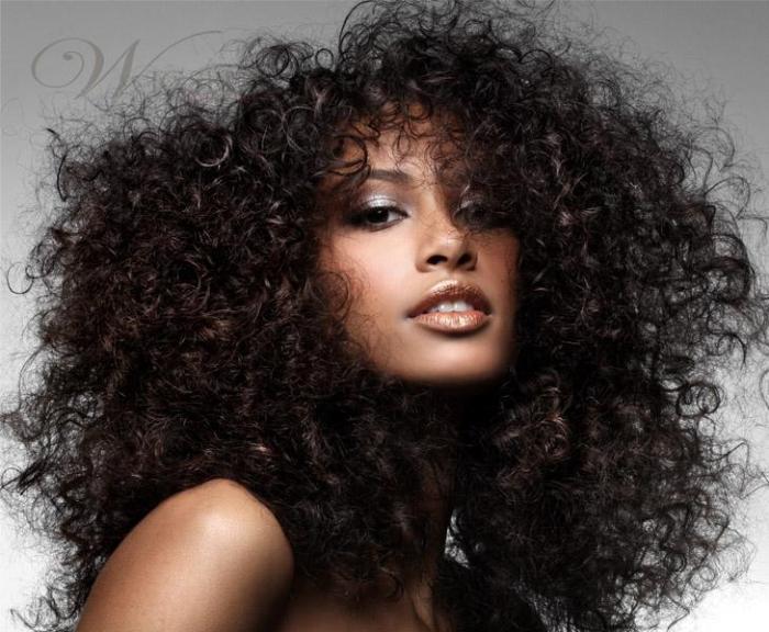 Cabelo cacheado. O que seu cabelo diz sobre sua personalidade? Artigo da Grandha sobre como o cabelo influencia impressões.