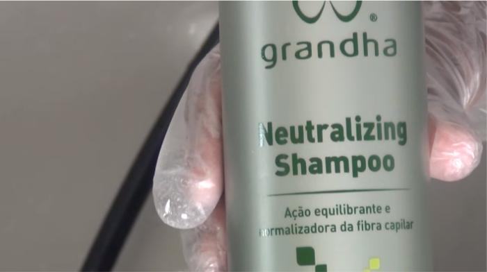 Aplicação do Neutralizing Shampoo Grandha durante o processo de aplicação do Hidróxido de Guanidina.