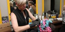 Cassia Marconi, cabeleireira Grandha de Curitiba, Paraná, realizando a Desintoxicação Caplar para retorno dos cachos.