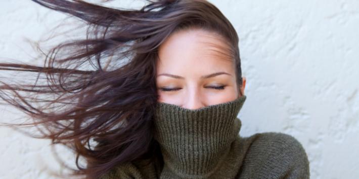 Confira 4 dicas sobre como proteger seu cabelo do frio neste inverno.
