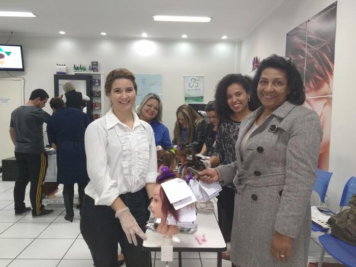 Vando Reis ministrou os cursos Oficina de Mechas e Curso de Corte no Centro Técnico Mart'bel, com os produtos Grandha.