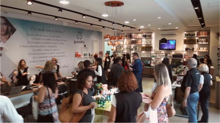 Lançamento Alkymia di Grandha em 03/04/2017, no Centro Técnico Mart'bel. A Grandha trouxe ao mercado, a linha mais completa de óleos essenciais, água termal e argilas terapêuticas do mercado cosmético brasileiro.