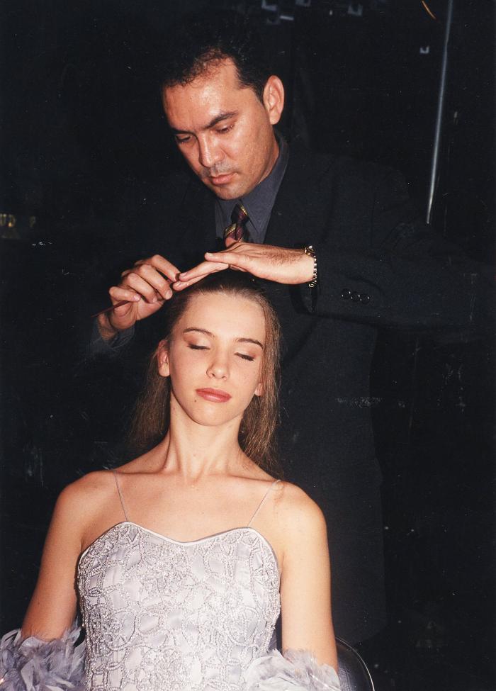 Geraldo Vasconcelos finalizando um de seus penteados.