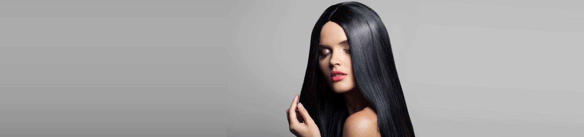 Mulher com cabelo liso após realizar redução de volume, também conhecida como selagem.