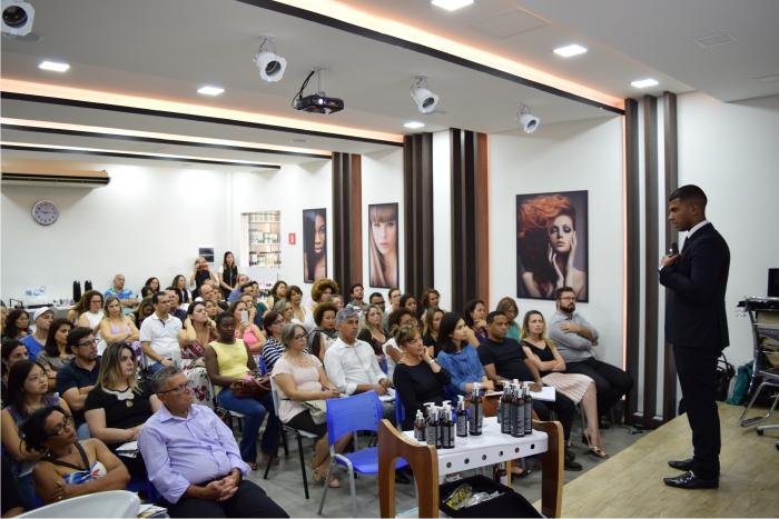 Eduardo Motta falou sobre os aspectos técnicos e terapêuticos da aplicação da linha Urbano Spa Black, da Grandha, em casos reais.