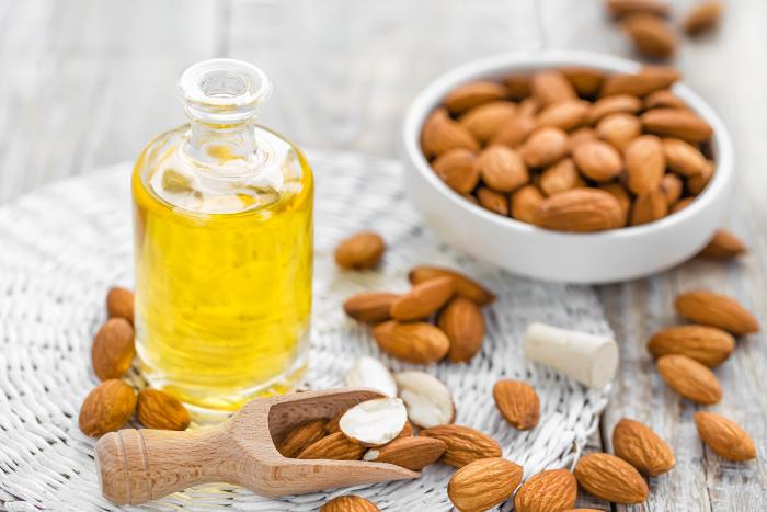 Óleo de amêndoa é fonte importante de gorduras boas para o cabelo cacheado ressecado.