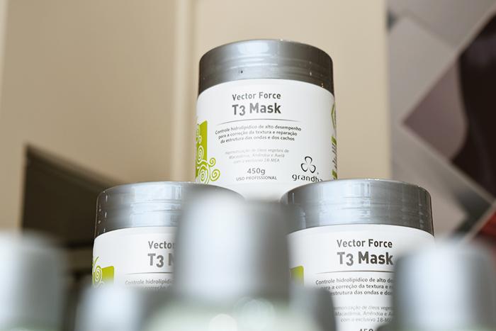 Vector Force T3 Mask é ideal para tratar o cabelo cacheado ressecado.