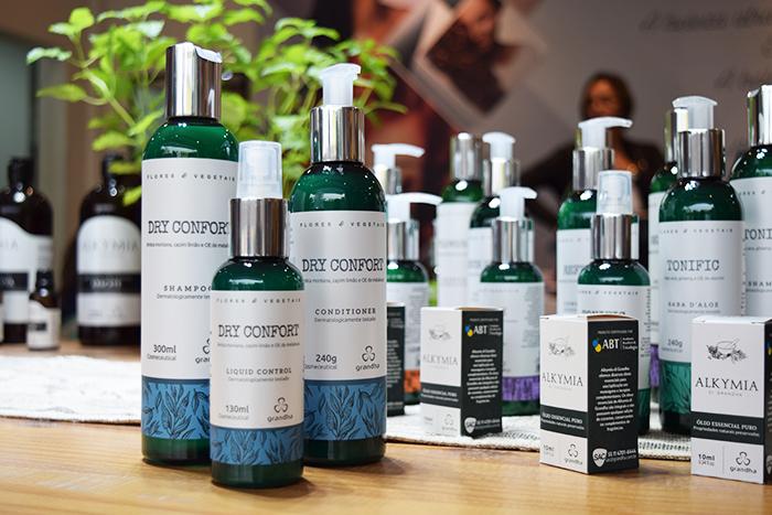 Kit Dry Confort Grandha, da linha Flores e Vegetais. Possui óleos de campim-limão, melaleuca e arnica montana. Ideal para lavar o cabelo todo dia, contra caspa e oleosidade excessiva.