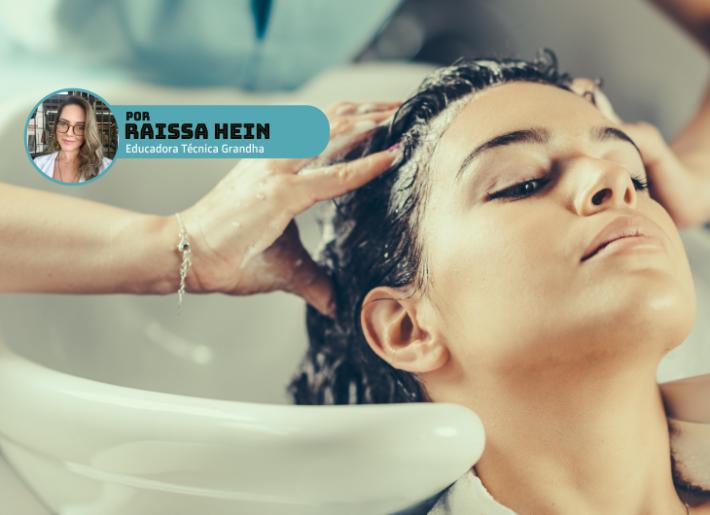 Mulher lavando cabelo no lavatório.