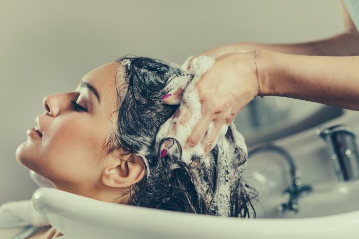 Mulher lava cabelo todo dia. Fungos são perigo constante em casos de má higienização.