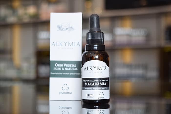 O óleo de macadâmia é peça importante no processo de umectação e é ideal para cabelo cacheado, colorido e descolorido. Por Quíron Gibran. Blog Grandha.