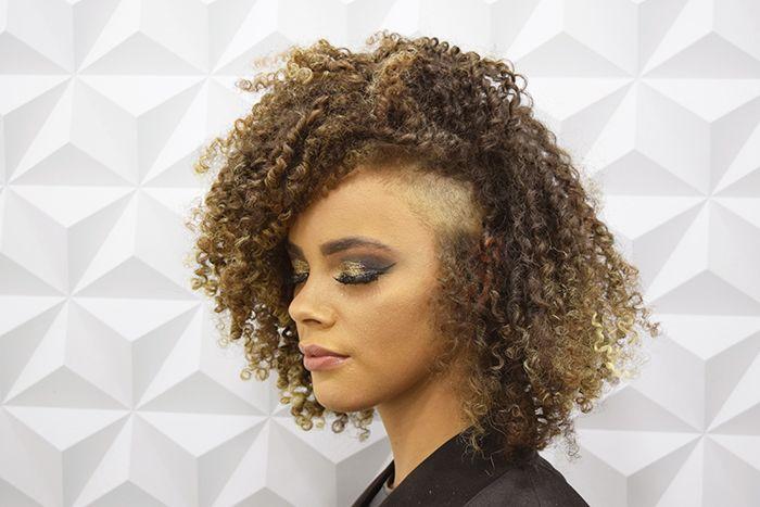 Proposta de penteado cacheado ou crespo curto.