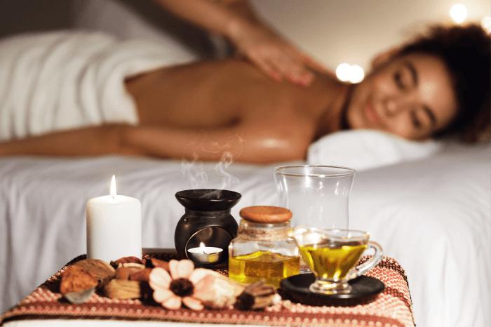 Mulher faz tratamento de spa com óleos essenciais.