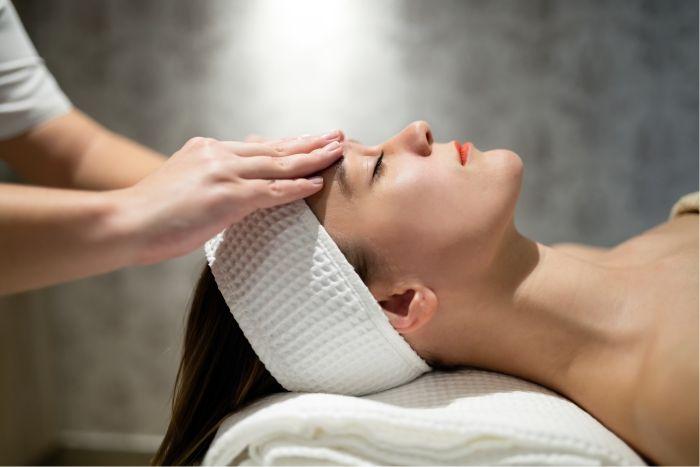 Tratamento de terapia com óleo essencial de tomilho em mulher.