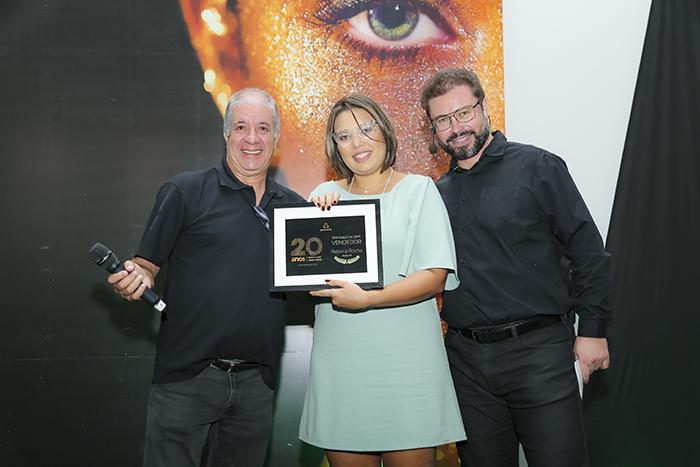 """Rebeca Rocha foi a vencedora do prêmio """"Vendedor Destaque 2019"""" na 4° Convenção Nacional de Vendas Grandha 20 Anos."""