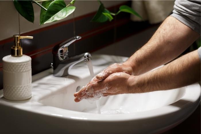 Homem lavando as mãos com sabonete líquido. Lavar cabelo, somente com shampoo.