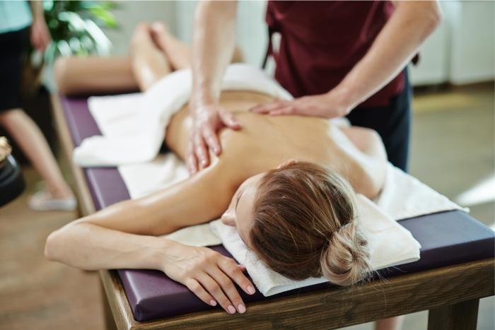 Massagem modeladora com óleo de gengibre para remodelação do tecido conjuntivo.