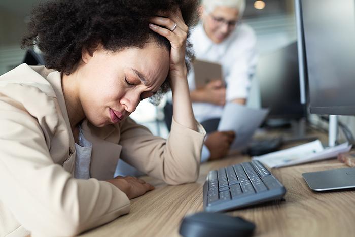 Mulher com estresse e ansiedade: protocolos de aromaterapia com óleos essenciais para tratamento.