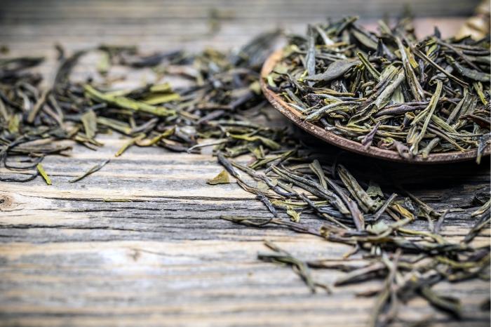 Chá verde exerce ação fortalecedora no crescimento capilar.