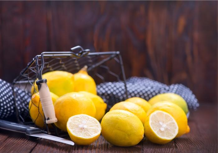 Óleos essenciais do limão siciliano e de outras frutas cítricas possuem citral.