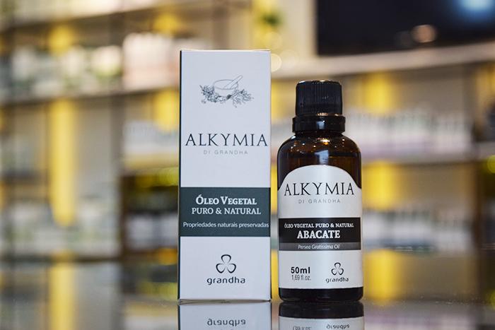 Reposição lipídica com óleo de abacate deixa cabelo e couro cabeludo saudáveis.
