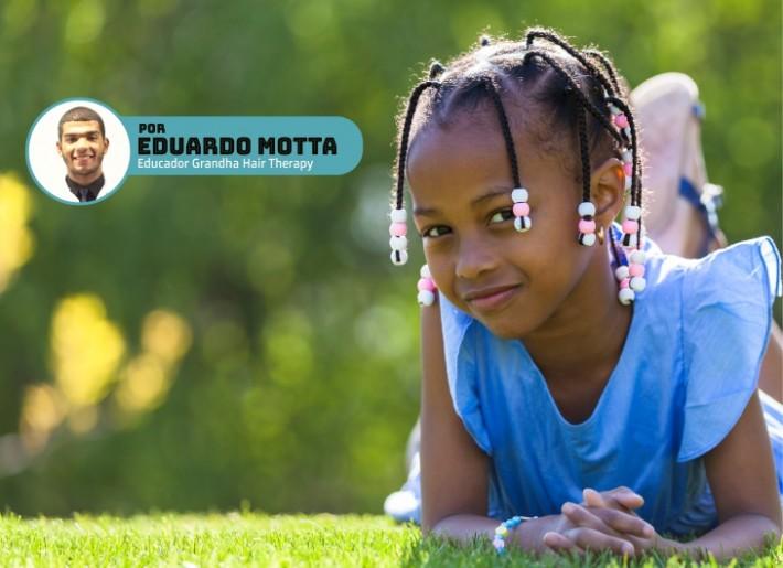 Menina negra com tranças. Alopecia por tração pode ser causada por tranças e penteados.